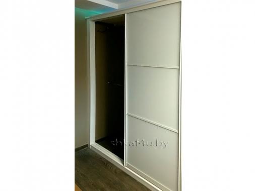Белый шкаф-купе с фасадом лакомат