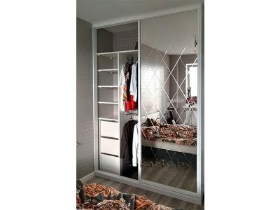Шкаф-купе с зеркальными дверями с фацетом