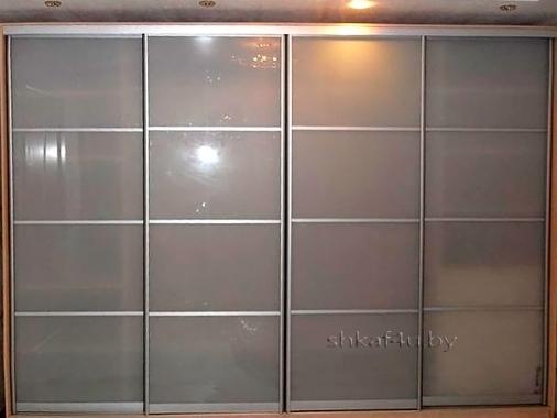Стильная модель со стеклянными дверями