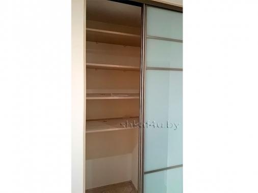 Узкий шкаф-купе со стеклянными дверями