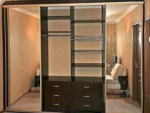 Вместительный шкаф-купе темного цвета