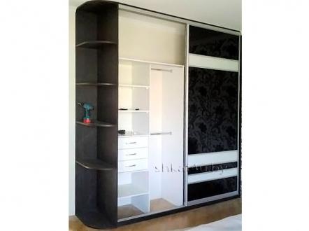 Красивый шкаф-купе с черно-белым фасадом