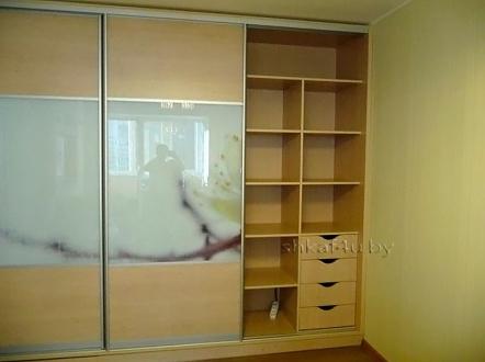 Светлый шкаф с комбинированным фасадом
